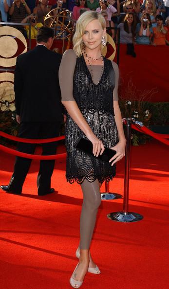 شارلیز ترون (Charlize Theron)، طراح لباس شانل، 2005