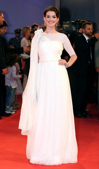 عکس آن هاتاوی طراح لباس آلبرتا فِرِتی (Alberta Ferretti)، جشنواره فیلم ونیز، سال 2006
