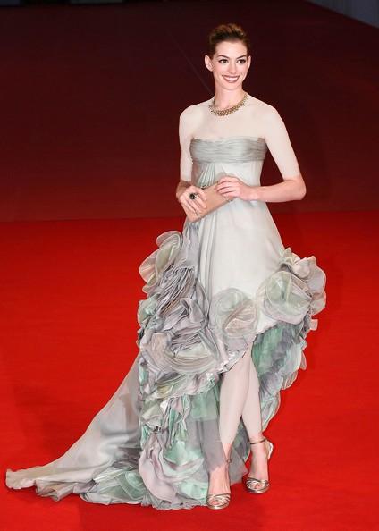 طراح لباس : ورساچه (Versace )، جشنواره فیلم ونیز، سال 2008 عکس آن هاتاوی