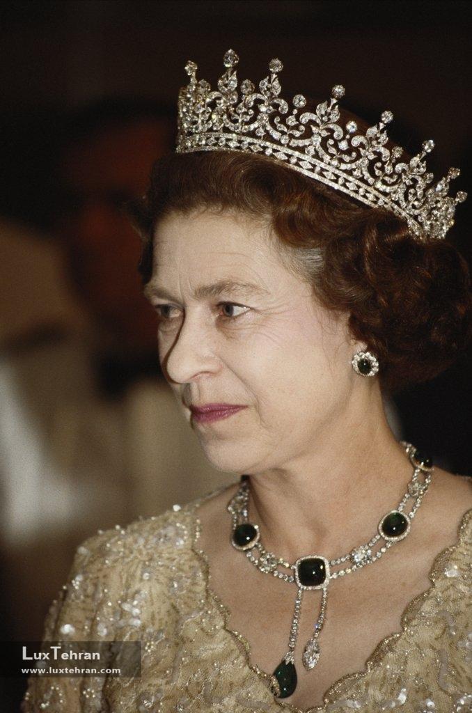 تصاویری از گردنبند های خیره کننده و گرانقیمت الیزابت ملکه انگلستان