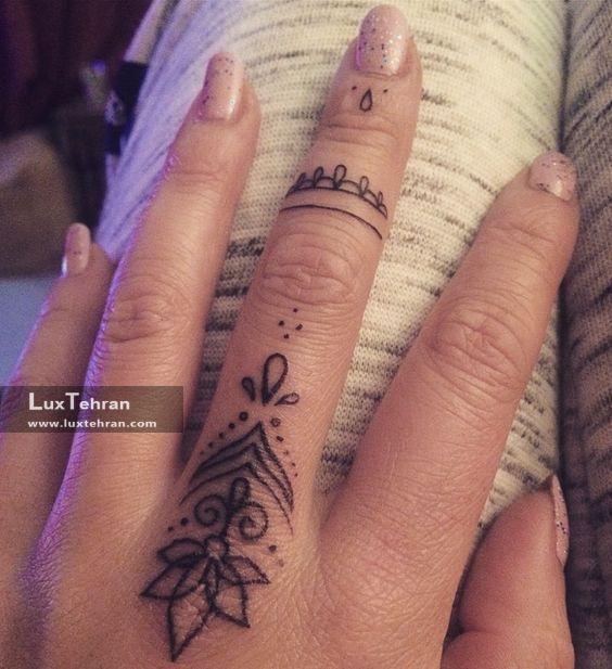 طرح گل تاتو روی انگشت