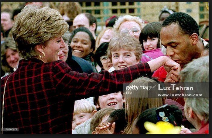 کت و شلوار خوش استایل چهار خانه پرنسس دایانا در زمان دیدار از هوادارانش