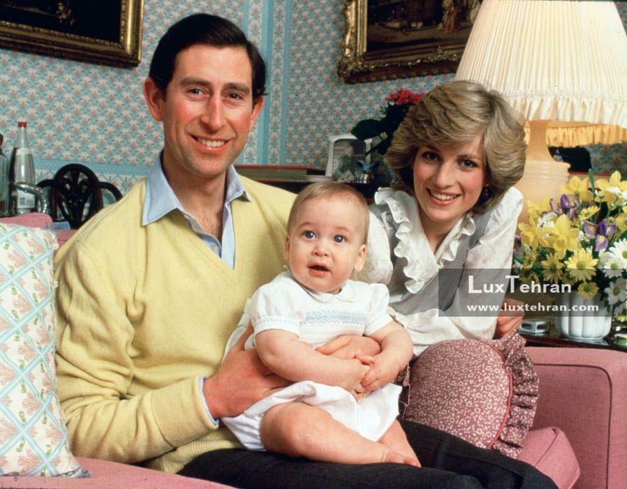 تصویری از پرنسس دایانا فقید، پرنس چارلز و فرزندشان ویلیام در کاخ کنزینگتون در فوریه ۱۹۸۳ میلادی