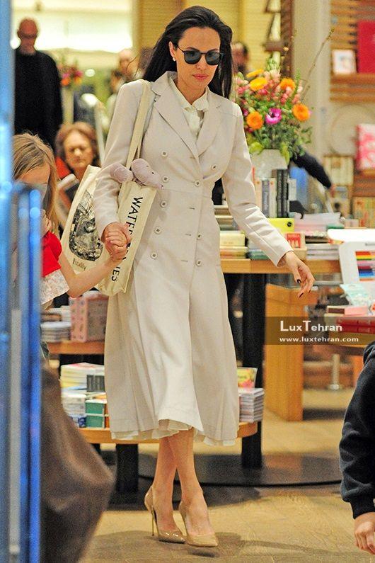 آنجلینا جولی در بارانی کرم رنگ بلند از برند KURT GEIGER