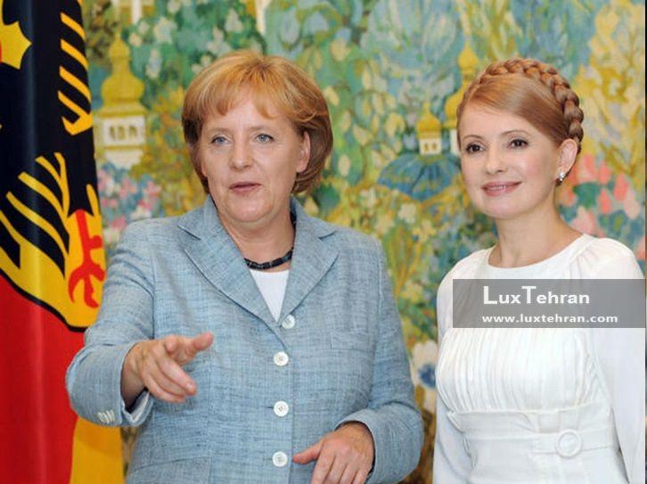 تصویر  یولیا تیموشنکوف با لباس سفید ساده و موی بافته شده  در کنار مرکل زنان سیاستمدار جهان