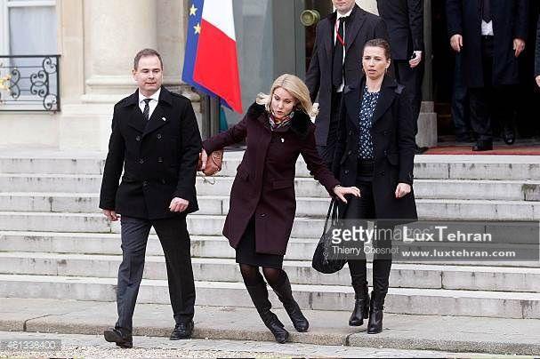 زنان سیاستمدار جهان تصویری از لحظه افتادن خانم نخست وزیر در زمان ترک کاخ الیزه