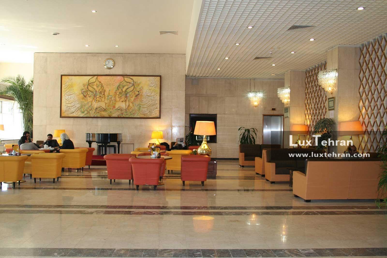 تصویری از کافی شاپ هتل بین المللی پارسیان استقلال تهران که با مبلمان ایتال فوم تزیین شده است