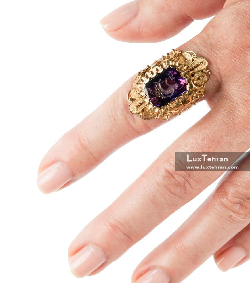 سنگ های قیمتی در انگشترهای انگشت نشانه دست راست