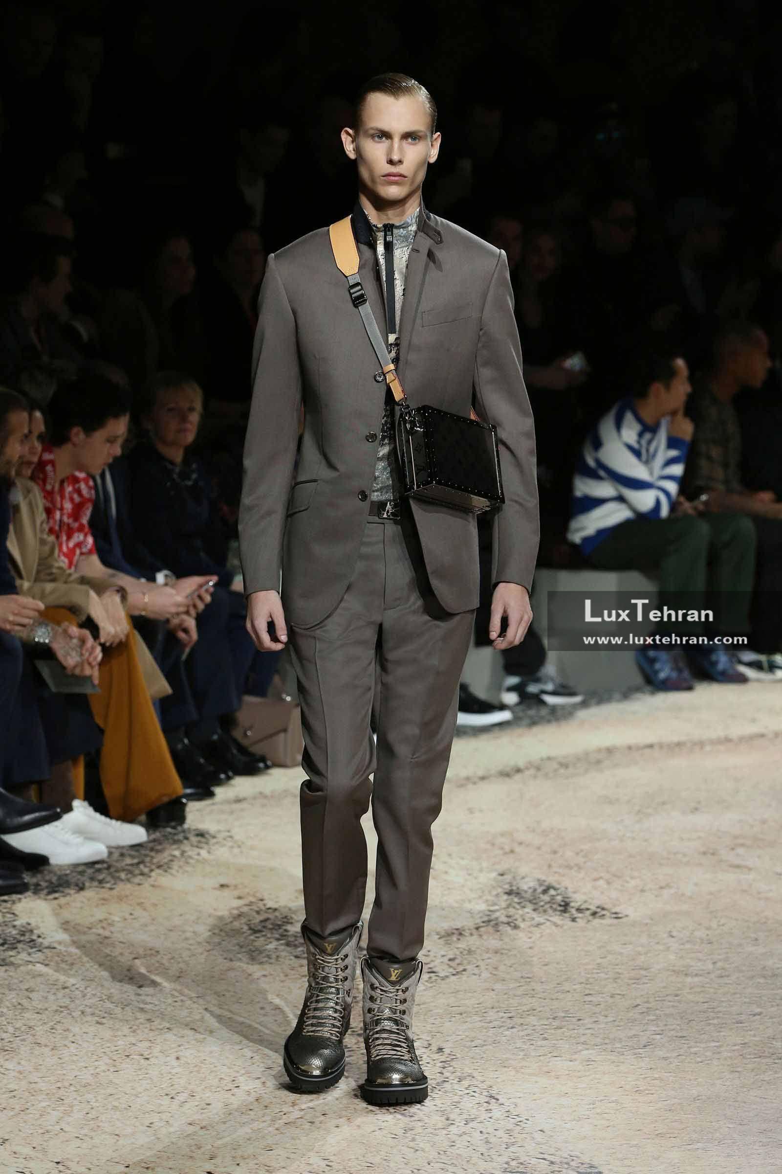 کیف چرمی مشکی لویی ویتون را که بند خوش رنگ و اسپرت