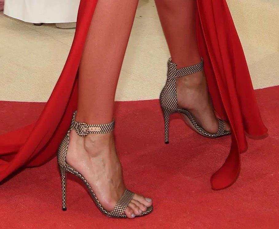 تصویری از کفش پاشنه بلند بدون جوراب ماریا شاراپووا