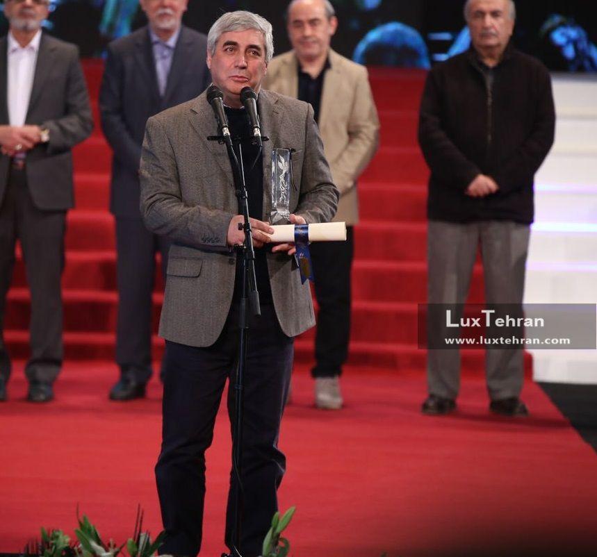 تیپ ساده ابراهیم حاتمی کیا در زمان دریافت سیمرغ بلورین بهترین کارگردانی در سی و ششمین جشنواره فیلم فجر