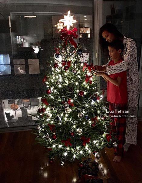 خانم ریبریو انجل ویکتوریا سکرت در کنار کاج کریسمس رنگارنگش