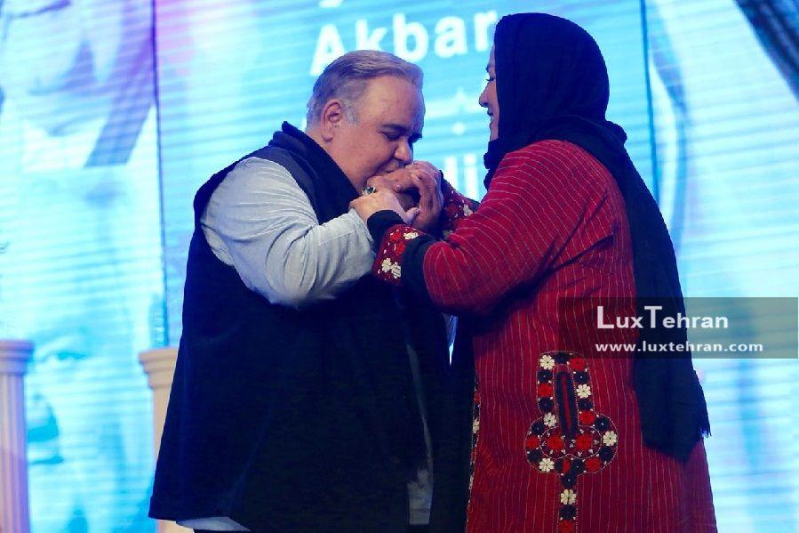 تصویر بوسه اکبر عبدی بر دستان همسرش