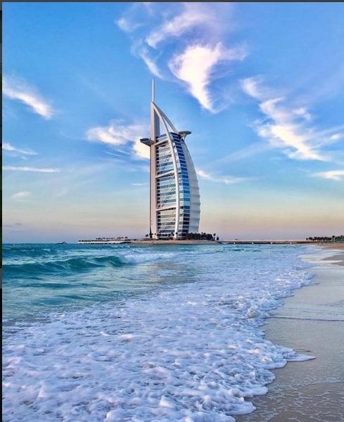 صبح دل انگیز که ساحل ماسه ای و برج خلیفه برای دبی گردی