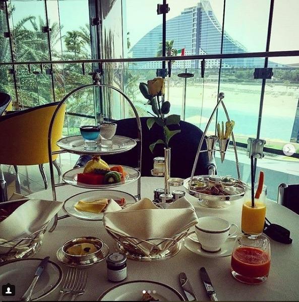 میز صبحانه مجلل در هتل برج العرب برای دبی گردی
