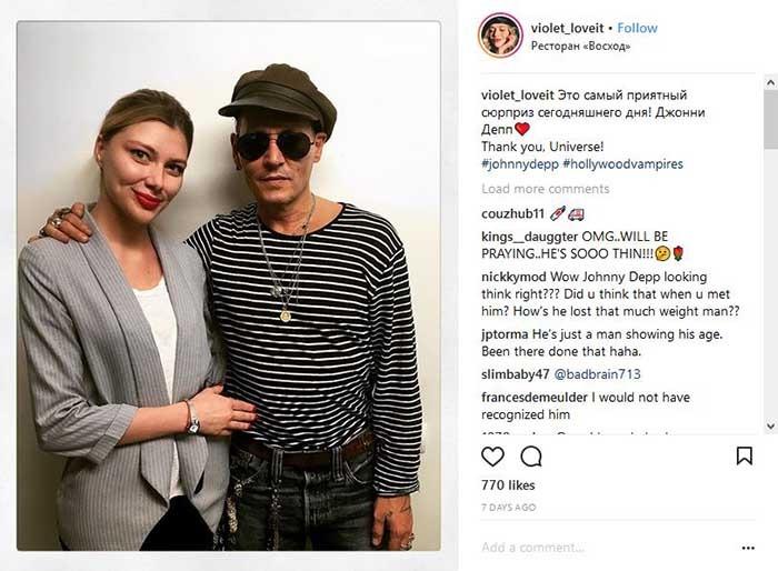 عکس جانی دپ با صورت لاغر و مریض گونه در کنار یکی از هواداران روسش