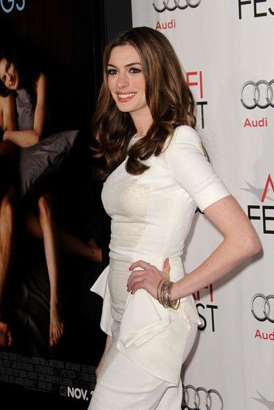 ترکیبی جذاب از لباس سفید رنگ آستین کوتاه آن هاتاوی