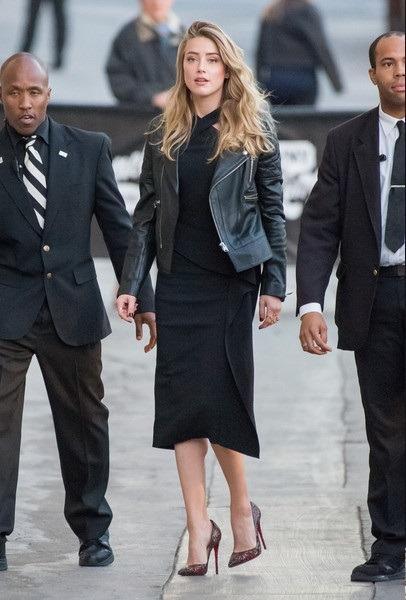 امبر هرد را با ژاکت چرمی مشکی رنگ