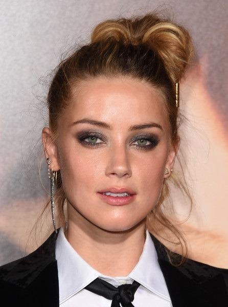 کلکسیونی از جواهرات امبر هرد با مدل مو اسبی بلوند