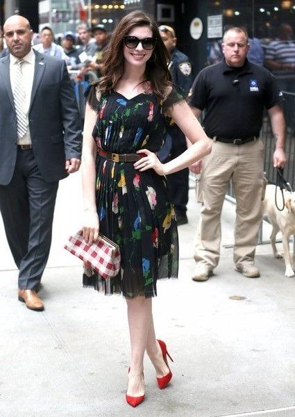 لباس گلد دار مشکی آستین کوتاه آن هاتاوی با کفش قرمز رنگ محبوبش