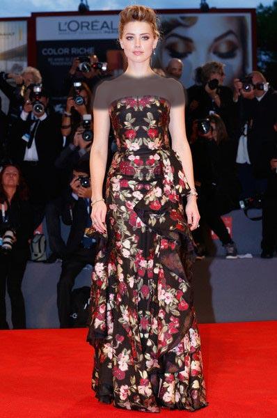 امبر هرد در این استایل شکوه لباس گل دار فاخر