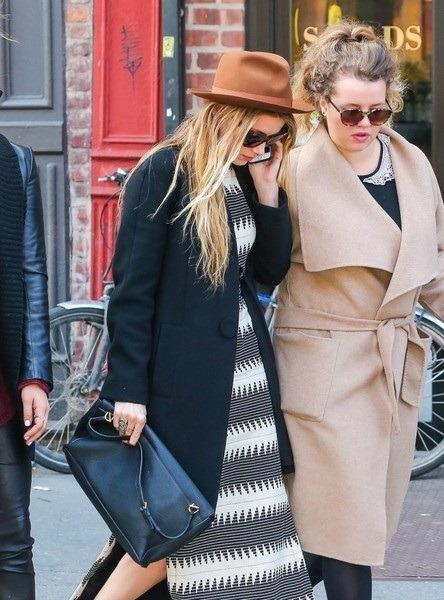 امبر هرد در این استایل کژوال کلاه قهوه ای رنگ با موهای بلوند صاف