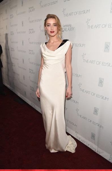 لباس سفید با سر شانه های مشکی رنگ استایل امبرهرد