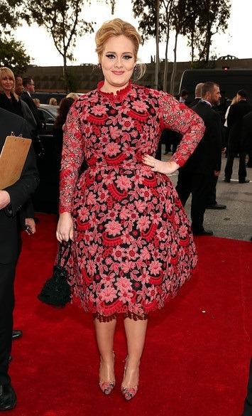 طرحی شاد از ادل که لباس گل دار قرمز رنگ