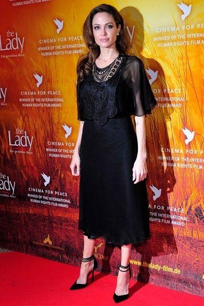 آنجلینا جولی را در یک لباس مشکی ابریشمی نسبتا بلند