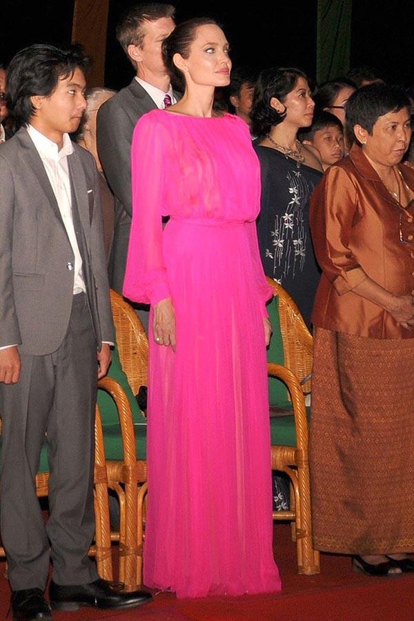 آنجلینا جولی در یکی از معدود لباس هایش با تناژ رنگ صورتی پر رنگ