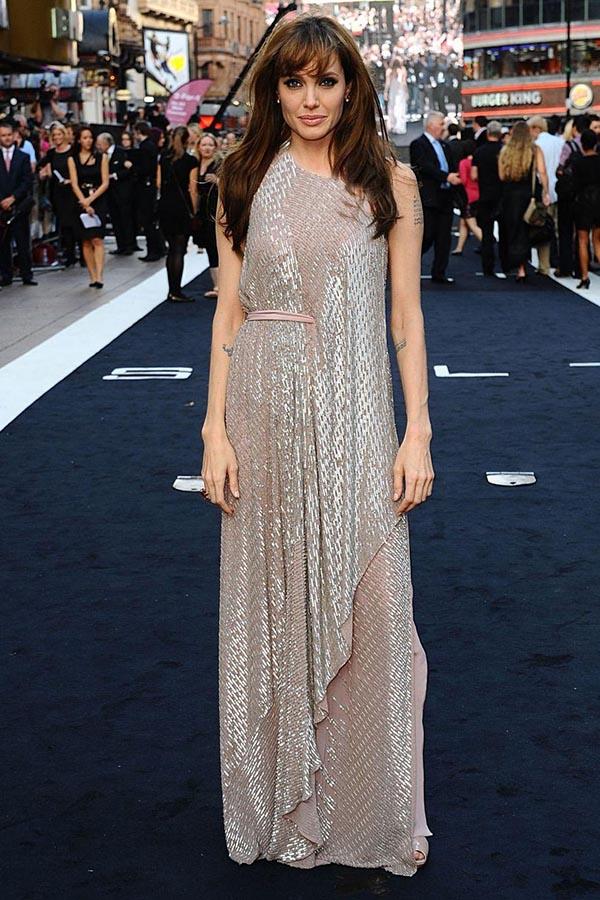 لباسی صورتی و تیره بلند آنجلینا جولی