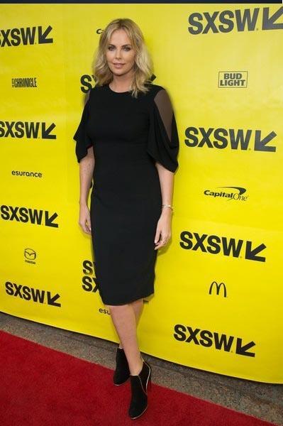 شارلیز ترون در این عکس با لباس مشکی
