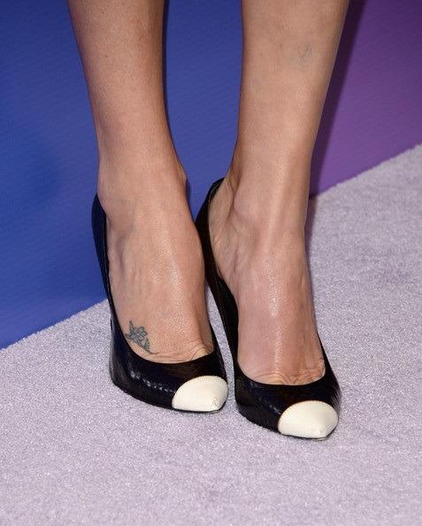 شارلیز ترون با کفشی مشکی با نوک سفید
