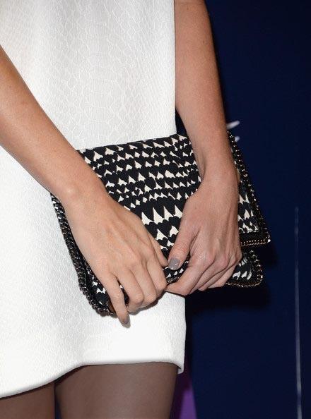 شارلیز ترون با کیف دستی چرمی سیاه و سفید