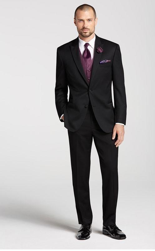 کت و شلوار دامادی مشکی که با جلیقه بنفش رنگ و کراوات