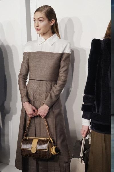 کیف دستی چرمی قهوه ای زنجیر طلایی جی جی حدید