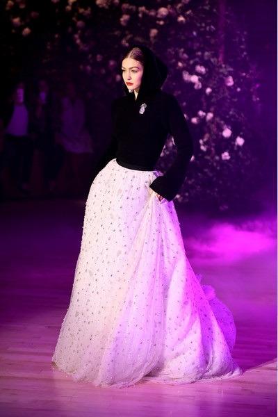 استایل جی جی حدید را با لباس سفید تور دار