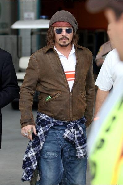 جانی دپ در این استایل، ژاکت چرمی قهوه ای رنگ پاییزی