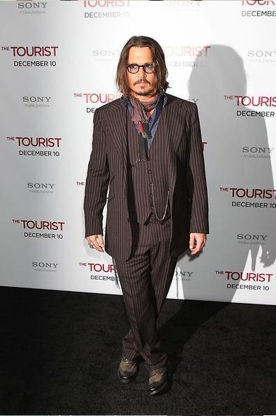 جانی دپ در این استایل کت و شلوار جلیقه ای قهوه ای