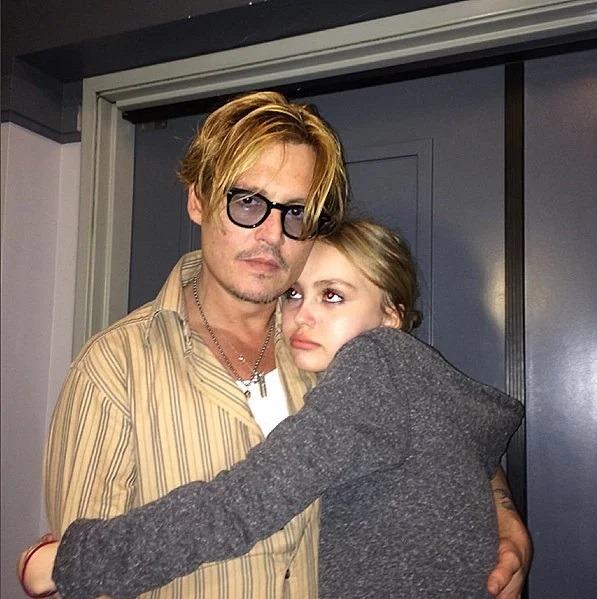 جانی دپ در اغوش دخترش لیلی رز