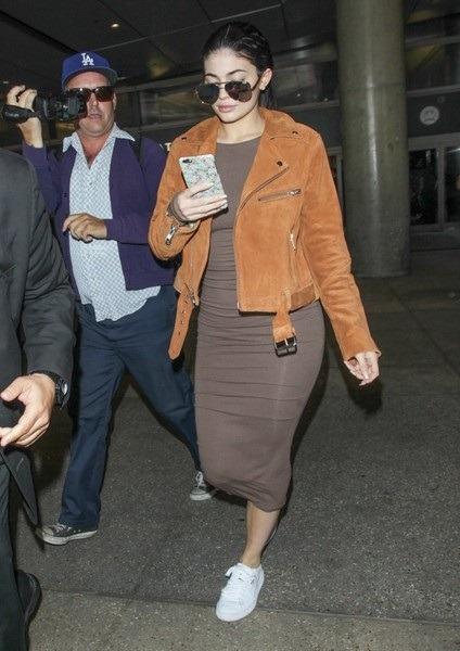 کایلی جنر را با ژاکت زیپ دار قهوه ای