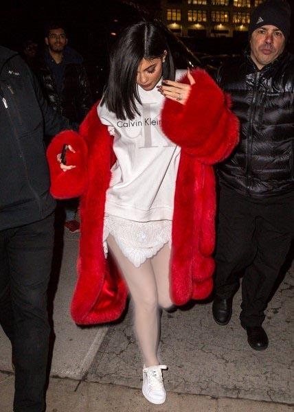 کایلی جنر با لباس کوتاه سفید رنگ