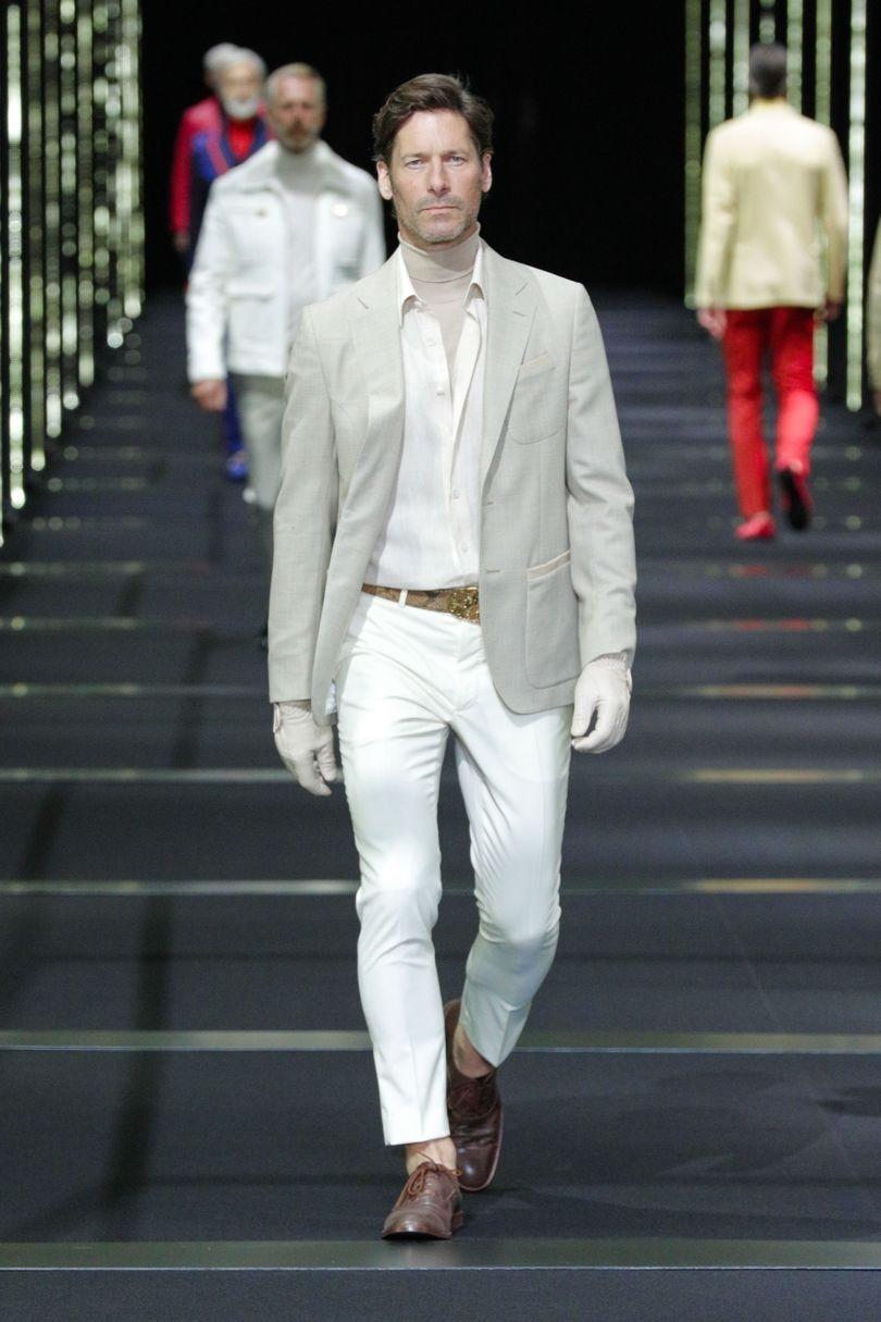 تم سفید در لباس مردانه
