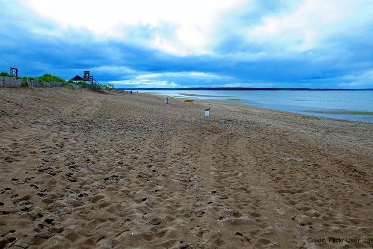 شنا و فوتبال ساحلی در ساحل نیوبرانزویک کانادا