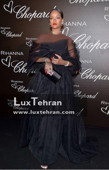 ریحانا در این استایل مشکی رنگ بلند و کیف دستی کوچکش