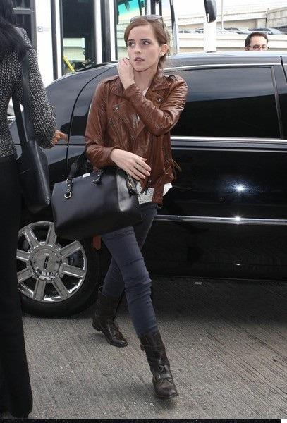 اما واتسون را با کیف چرمی مشکی رنگ از برند DSQUARED2