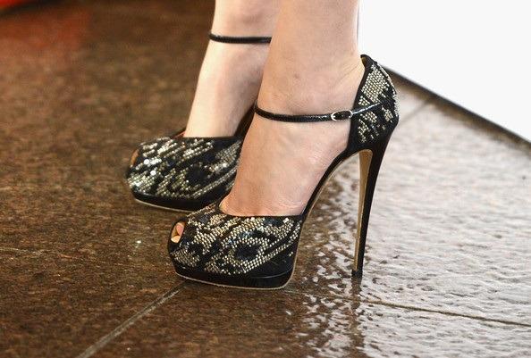 اما واتسون یکی از کفش های مجلسی پاشنه بلند بند دار