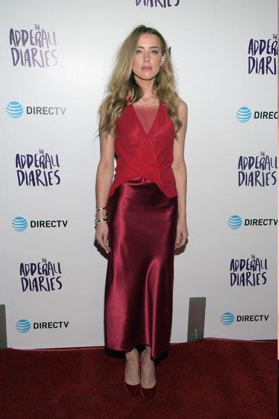 امبر هرد در این تیپ زیبا لباس ابریشمی قرمز