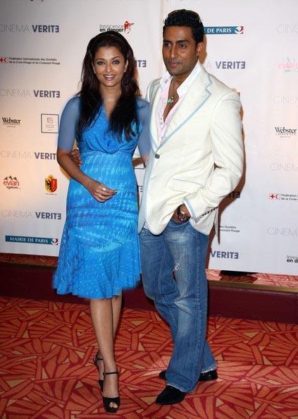 آبیشک باچان در کنار همسرش با جامه آبی رنگ