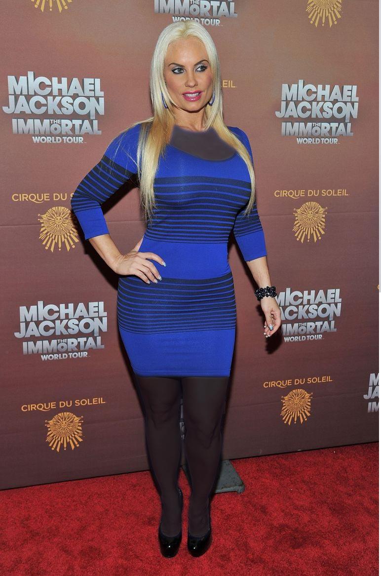 لباس های تنگ رنگ روشن چاق نشان می دهد